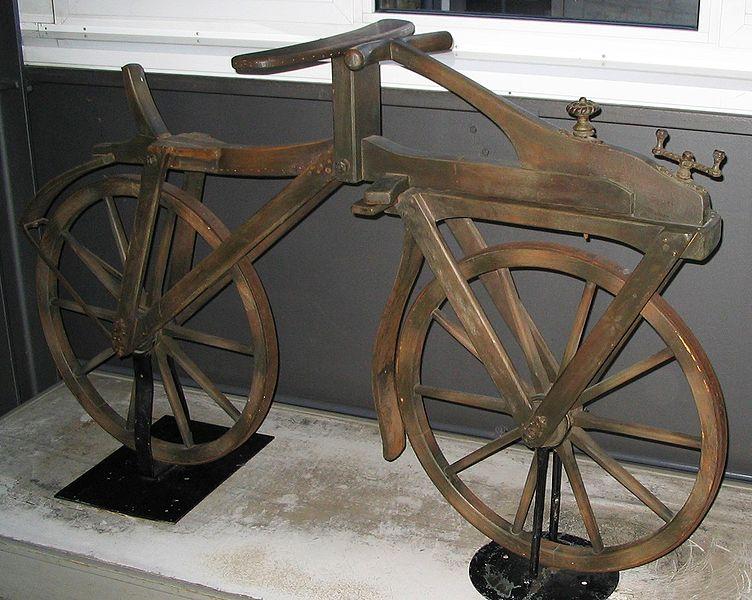 Детская лошадка Hobby Horse-прообраз велосипеда.