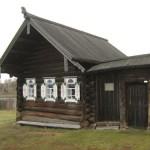 Дом XVIII века украшен деревянной резьбой