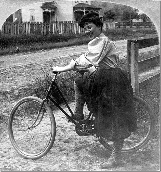 В блумерах на велосипеде