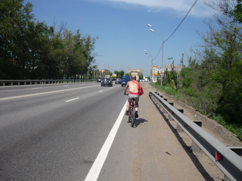 Красный велосипедист