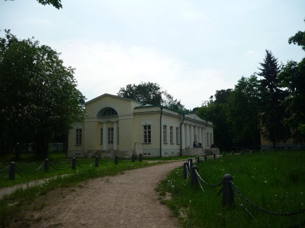 На территории усадьбы в Кузьминках. Дом слева