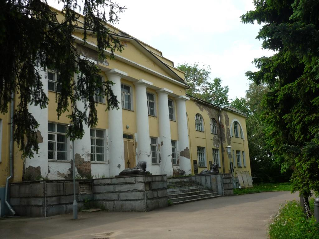 На территории усадьбы в Кузьминках. Разруха