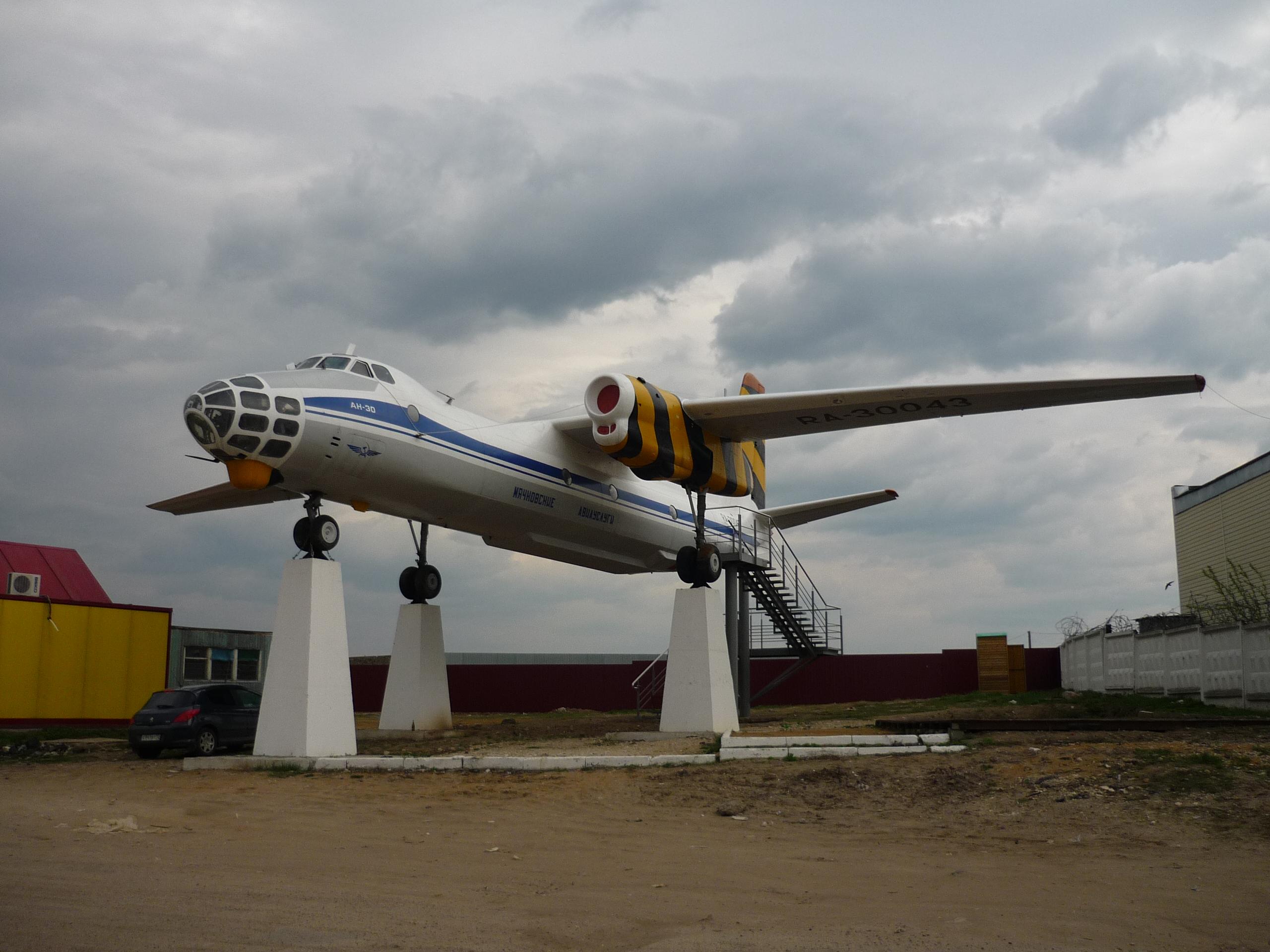 Самолет у поворота в Верхнее Мячково