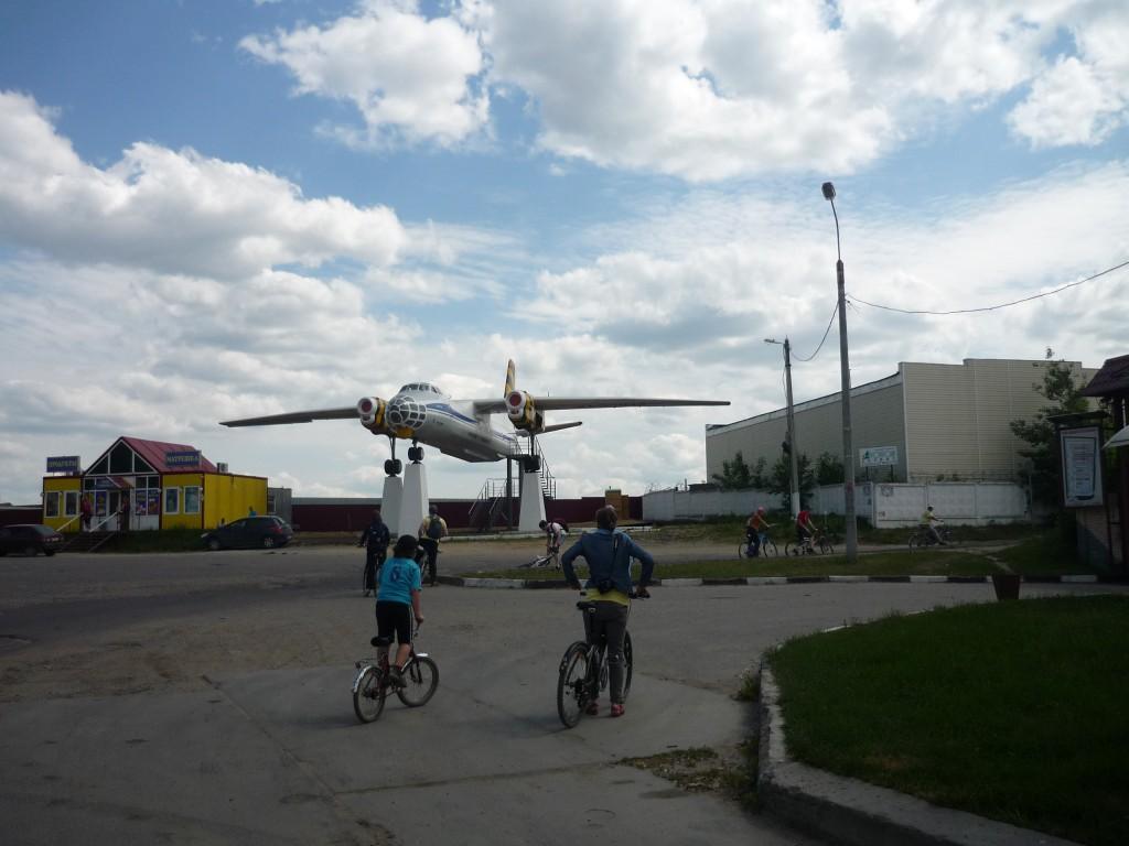 Участник велопробега у поворота  в Верхнее Мячково