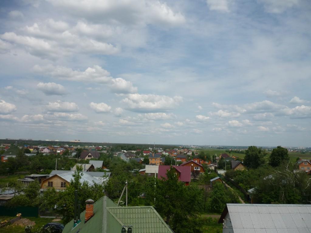 Вид на восток с колокольни церкви в Верхнем Мячково