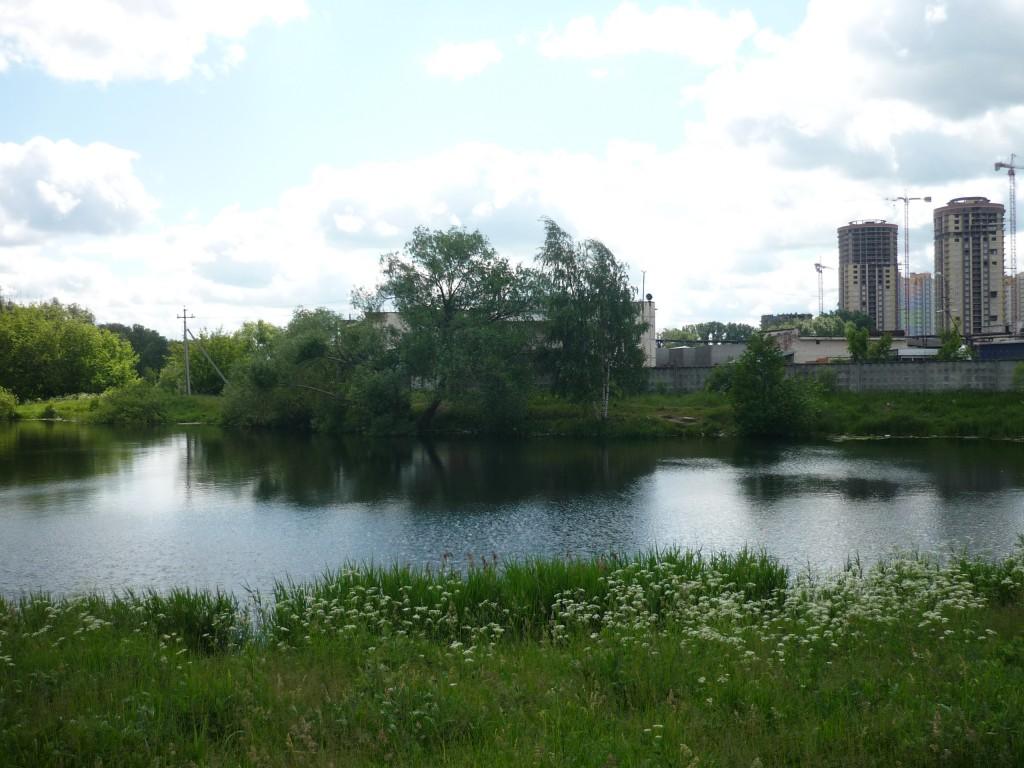 Озеро в Октябрьском.  Дома совсем близко