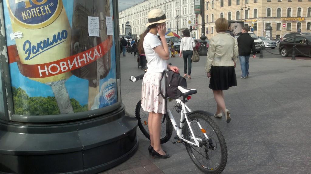 В женщине все должно быть прекрасно: и велосипед, и шляпка