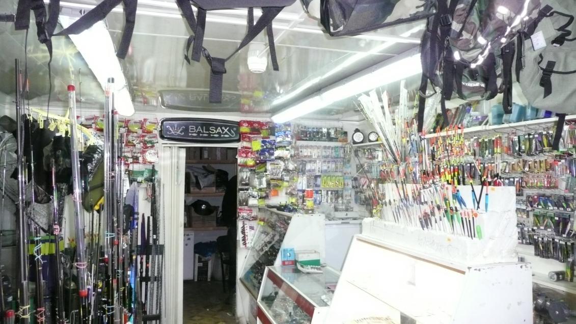 Магазин для рыбаков на рынке в Лыткарино.