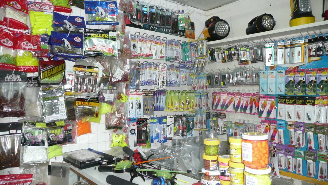 Магазин для рыбаков на рынке в Лыткарино. По центру