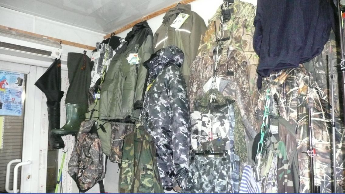Магазин для рыбаков на рынке в Лыткарино. Слева