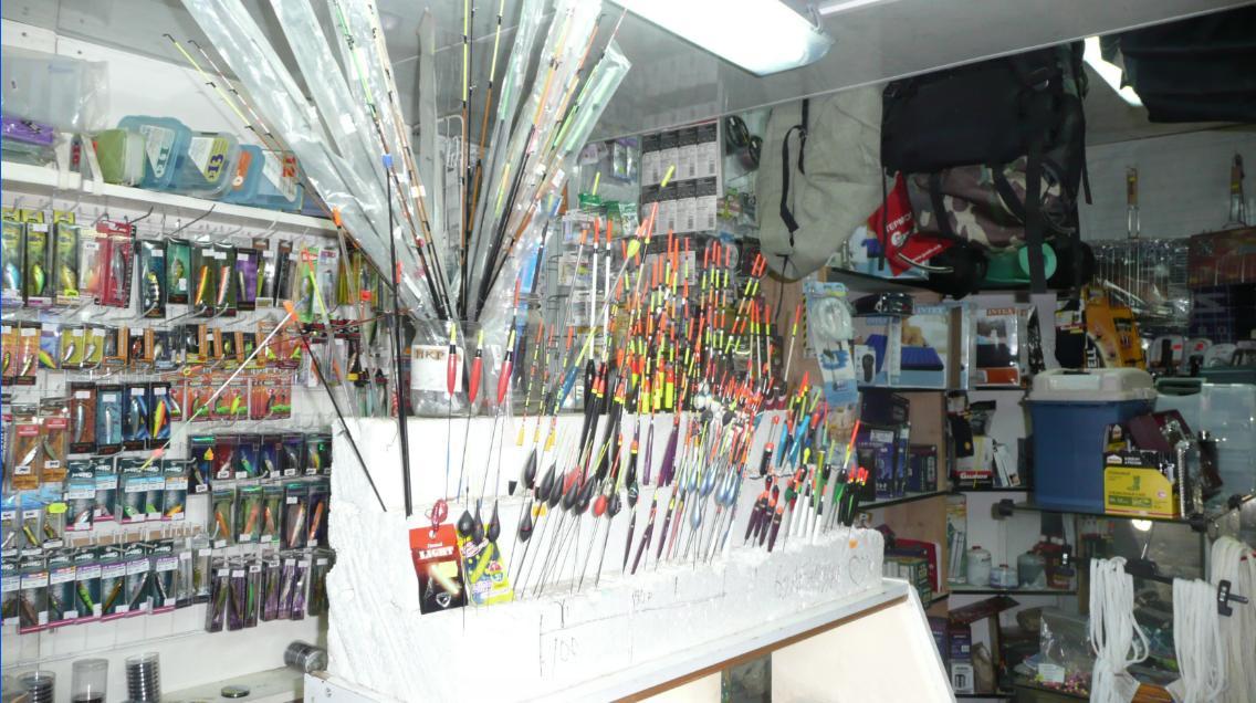 Магазин для рыбаков на рынке в Лыткарино. Справа